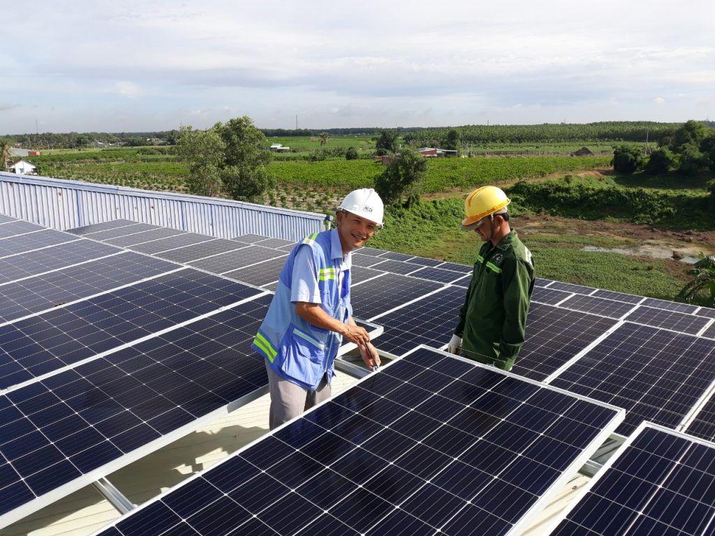 Vệ sinh pin năng lượng mặt trời.